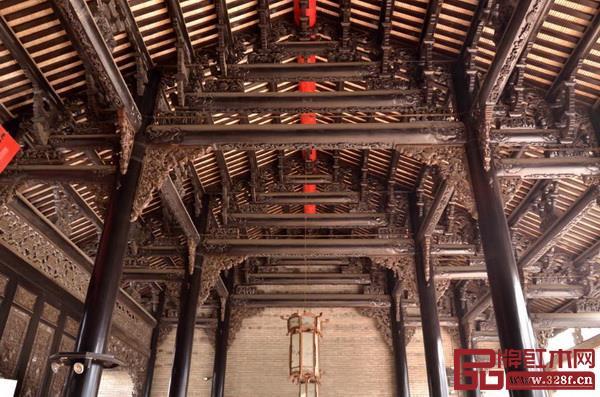 红木家具与传统木建筑的渊源 家具的制造往往借鉴同时期流行的建筑设计手法和制作技术,从而在基本结构原则、接合方式、细部构件形式等许多方面与建筑一脉相承。 在结构形式上,中国传统建筑和红木家具密不可分。梁和柱是中国古建筑结构的基本元素,柱上架梁就是结构的基本单元,在此基础上进行排列、组合、叠加,便形成了房屋的主体结构。  陈家祠内部房梁结构 中国古代家具沿袭了建筑的这种结构体系,如大木梁架结构对家具结构的影响十分显著,柱和梁反映到家具上正是传统家具的主要构成元素:立脚和横撑。其做法和式样完全是仿