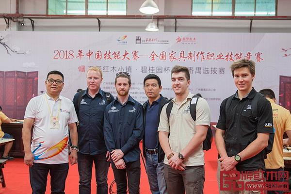 第45届世界技能大赛精细木工项目中外专家组成员在竞赛现场