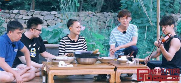《向往的生活》中嘉宾使用中国风的案几吃饭