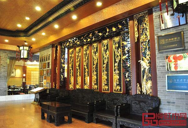 广州泮溪酒家大门前摆放着广式家具