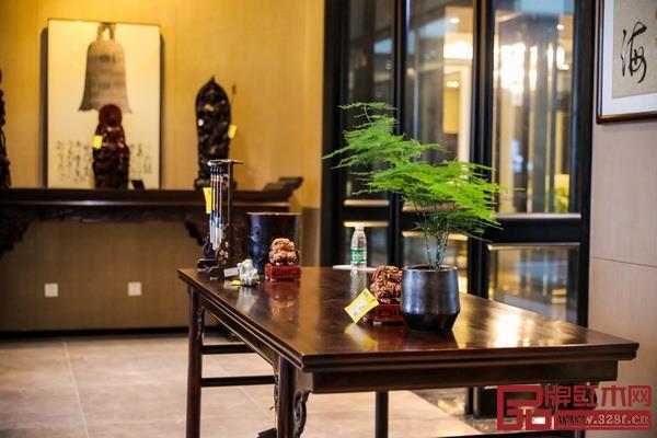 书桌上可摆放一盆文竹打造清幽高雅的环境(戴为红木供图)