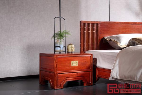 卧室的绿植搭配精美的套盆,打造出宁静舒适的气氛(国寿红木供图)