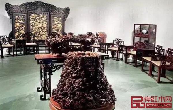 中国女首富陈丽华对紫檀情有独钟,她的紫檀博物馆里有屏风、条案、桌椅等各类紫檀家具