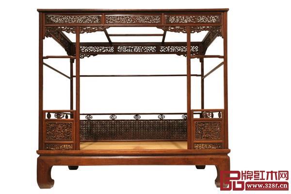 架子床是代表了最多部件的生产和最繁杂的组合工艺的家具之一,在装饰上也代表着各类工艺和装饰手段的最先行步伐和最丰富成果