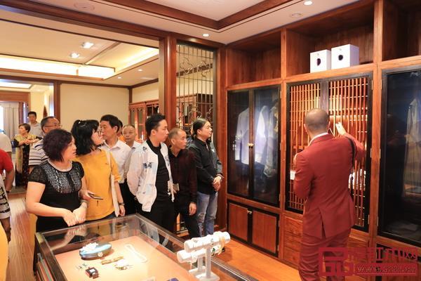 卓木王总裁杜长江(右一)带领嘉宾参观工厂