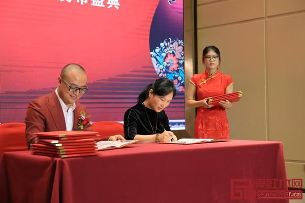 卓木王总裁杜长江与合作伙伴签约