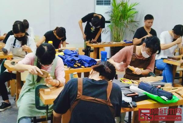 学生们进行雕刻纹样设计课程