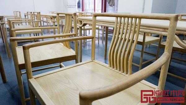 教学场所里摆放的都是师生用水曲柳木制作的中式家具(图片来源:红木家居学院)