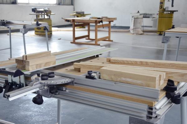 在离学院不远的三千多平方米实训场地内,学生能接触到最新的木工机械设备