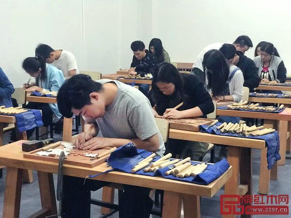 学生们进行雕刻课程