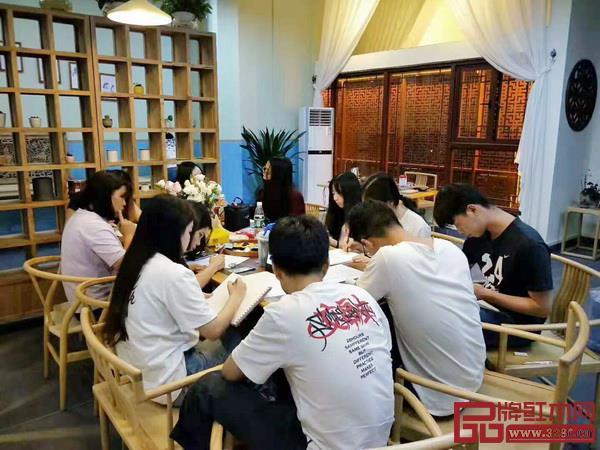 工作室的学生们在优美舒适的环境里实践、学习(图片来源:红木家居学院)