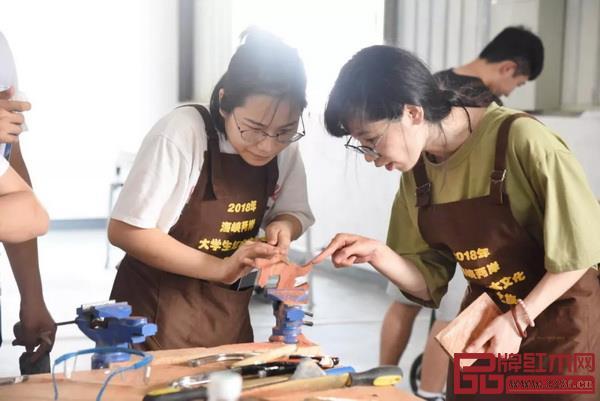 海峡两岸大学生文化传承之旅代表团体验手工DIY课程(图片来源:大涌发布)