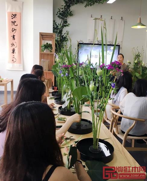 在红木家居学院,花艺、茶艺、汉服等传统文化体验也是学习的一部分(图片来源:红木家居学院)