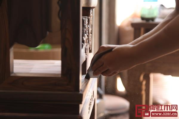 古森红木刮磨处理工艺保证家具平整光滑,坚持将品质践行在每一件家具中