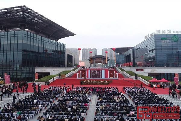 第十三届东博会在东阳木雕城国际会展中心外广场隆重开幕,吸引了众多行业内人士前来参与