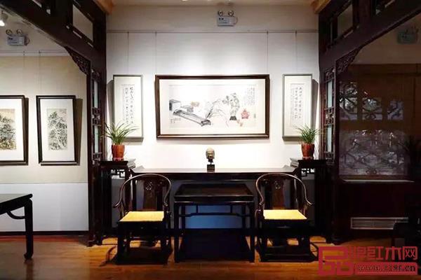 恭王府棣华轩文化空间摆放着豪盛红木无偿捐赠的皇宫椅