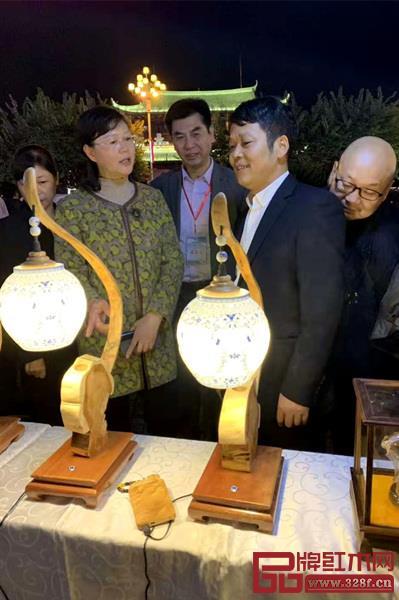 江西省上�市副市�L�小微(左二)�⒂^樟���展位?