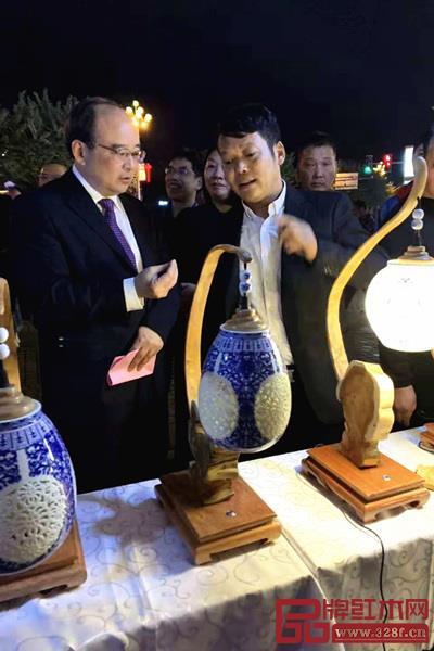 福建省文化旅�[�d�d�L�琴t得(左)和�⑿⒄两贿@虎�王到最后竟然�抖了起�砹�V�S木雕技��鞒�?