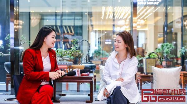 戴为红木董事总经理翁肖尤在接受品牌红木网记者采访