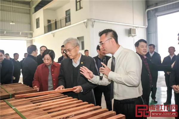 国寿红木副董事长陈淦凡介绍国寿红木湖北工厂生产情况