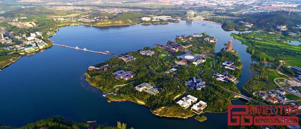 北京雁栖湖国际会议中心位于风景优美的雁栖湖西南侧
