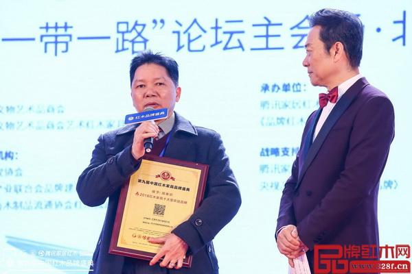 顺泰轩董事长刘胜长(左)在盛典现场接受这中央电视台著名主持人赵保乐(右)采访