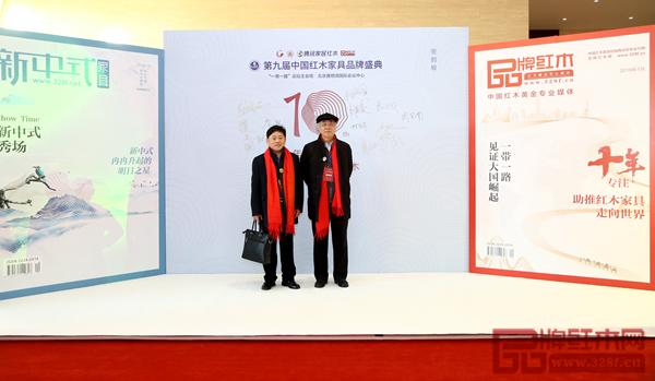 雅晟红木·檀一董事长冯日成(左)受邀出席第九届中国红木家具品牌盛典,并在现场与全联艺术红木家具专业委员会专家顾问、中国红木家具文化研究院院长濮安国(右)合影留念