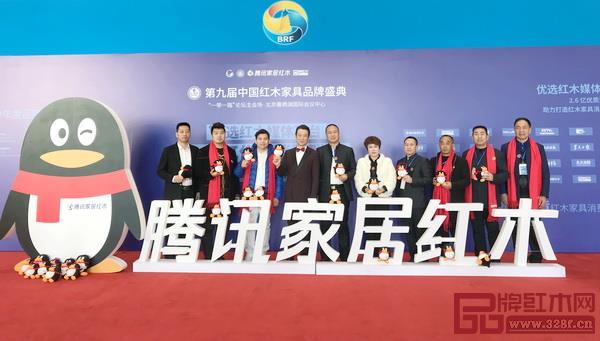 西安雅居阁总裁石立峰(左五)与著名中央电视台主持人赵保乐(左四)及品牌红木家具经销商联盟主席团成员合影