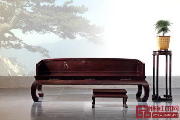 由红宝轩董事长曹兆庭设计的《大明雅韵·三围独板外翻马蹄罗汉床》