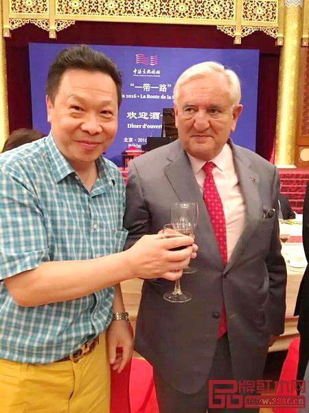 红宝轩红木董事长曹兆庭(左)与法国前总理拉法兰合影