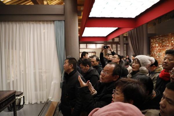 """故宮博物院研究員周京南為""""中國頂級紅木一日游""""的參觀者講解家具文化"""