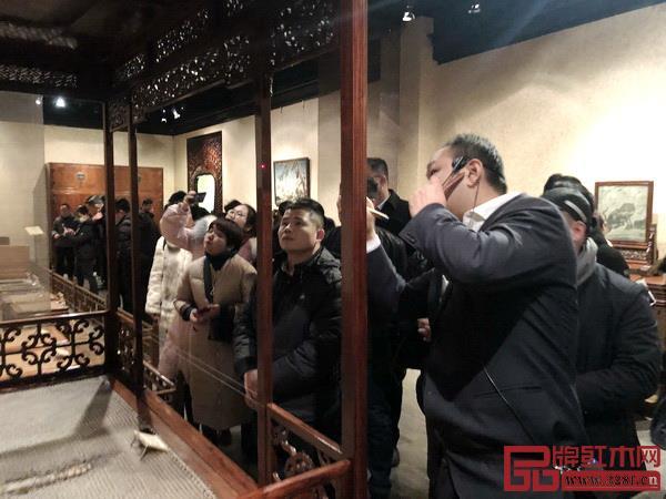游学团在观复博物馆家具馆展厅
