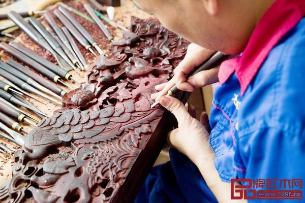 大成尚品的匠人们正在用心雕刻