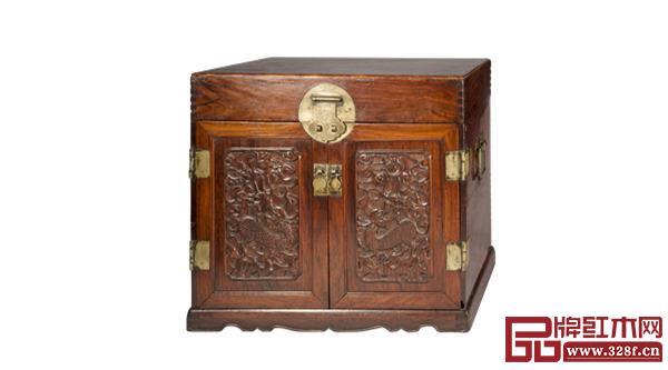 清早期黄花梨麒麟纹官皮箱,长41.5厘米、宽31.5厘米、高37.5厘米(北京瑞宝阁藏)