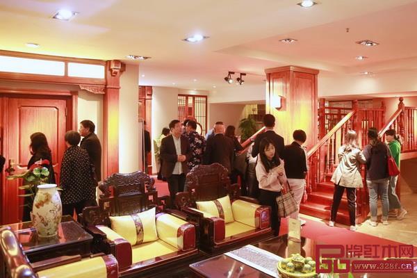 经销商在东成红木展厅了解全屋红木定制