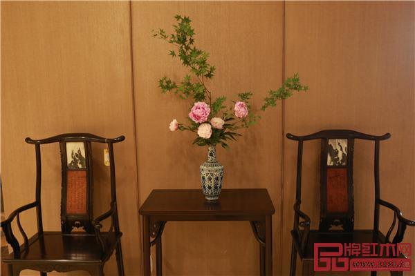 区氏臻品明清家具艺术馆内的花卉、空间布置与家具相得益彰,为参观者带来了美的享受