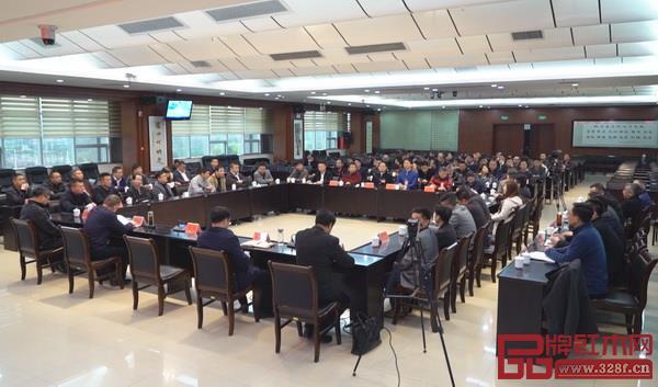 洽谈会上香港家居红木园负责人介绍产业园及招商政策