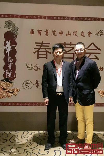 名典红木董事长朱永德(左)在华商书院中山校友会现场??