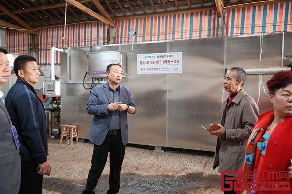 恒达木业董事长陈国良带领经销商深入了解工厂,展品牌实力