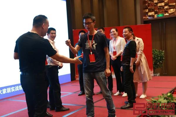 邵龙老师与纯本森活经销商在现场互动