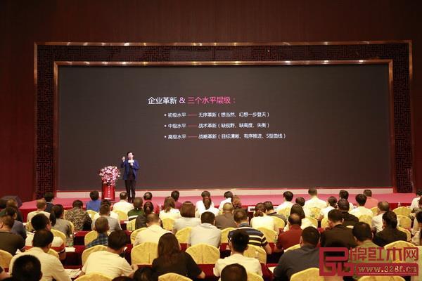深圳家具研究开发院院长,南京林业大学家具与工业设计学院教授、博士生导师许柏鸣提到,点状的革新思维让企业不断走弯路,这种无序革新的结果是周期性归零
