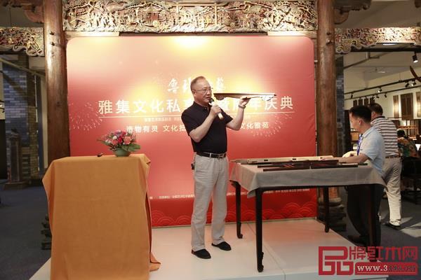 中国传统工艺大师、全联艺术红木家具专业委员会主席团主席、鲁班木艺董事长李爱金现场分享《论明式家具榫卯结构的传承与改良》