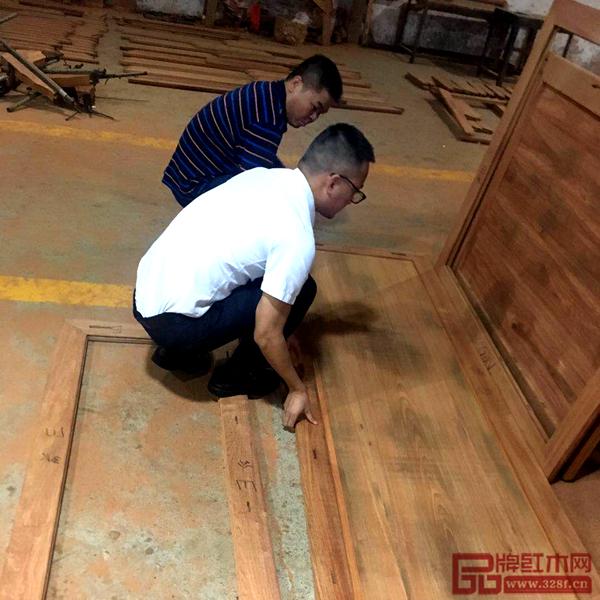 雅仕轩工厂内参观者亲身体验红木家具的制作