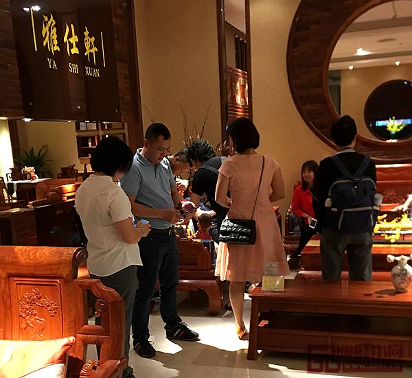 五一假期雅仕轩展厅迎来了一大批红木家具采购者