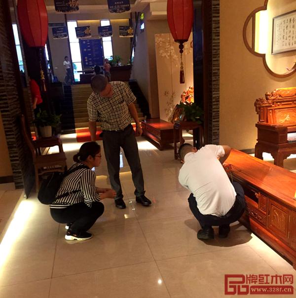 雅仕轩展厅内销售经理为客户讲解家具的特色