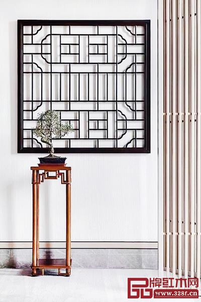 玄关设计中使用线条隔层,搭配窗格、花几等小物件,打造空间美感