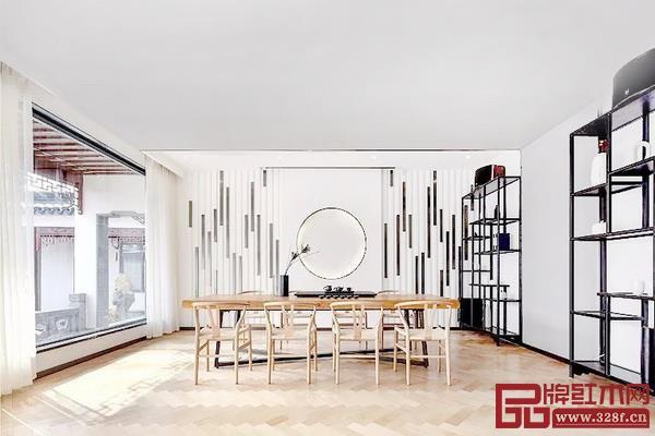 书房的墙面使用交错的黑白线条装饰,与书柜交相辉映,家居空间更显大气