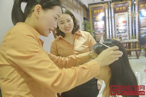 红古轩为参加活动的母亲献上礼物