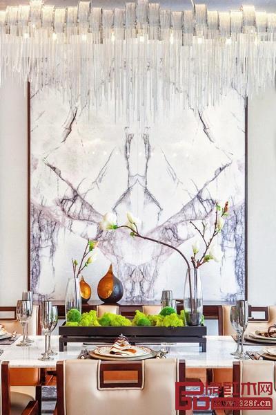 拥有轻奢气质的新中式风格,在选材上大胆加入现代材质,如金属、玻璃、皮质、大理石等