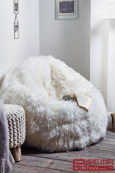 如今款式多样的懒人沙发,前身是萨科著名的豆袋椅,早在1968年,它就以可随处移动、贴合人体的多形态见证了对轻和舒适的追求